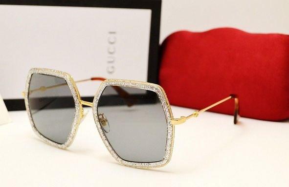 На пике популярности остается изящная оправа «CatEye», в этом сезоне  модельеры добавили к этим очкам причудливый декор. 852e55e235c